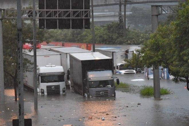 Chuva alaga vários pontos em São Paulo e paralisa a cidade