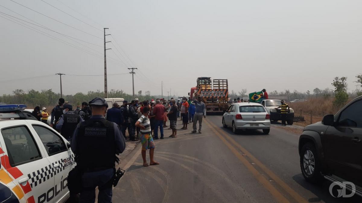 Manifestantes fecham estrada contra reintegração de posse