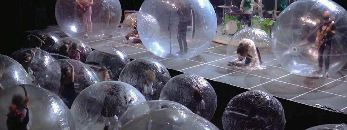 Banda faz show com membros e público dentro de bolhas de plástico