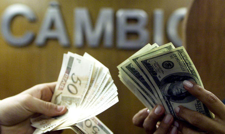 Com cenário externo adverso, dólar volta a encostar em R$ 5,60