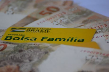 Caixa paga auxílio de R$ 300 a beneficiários do Bolsa Família nesta quinta (26)