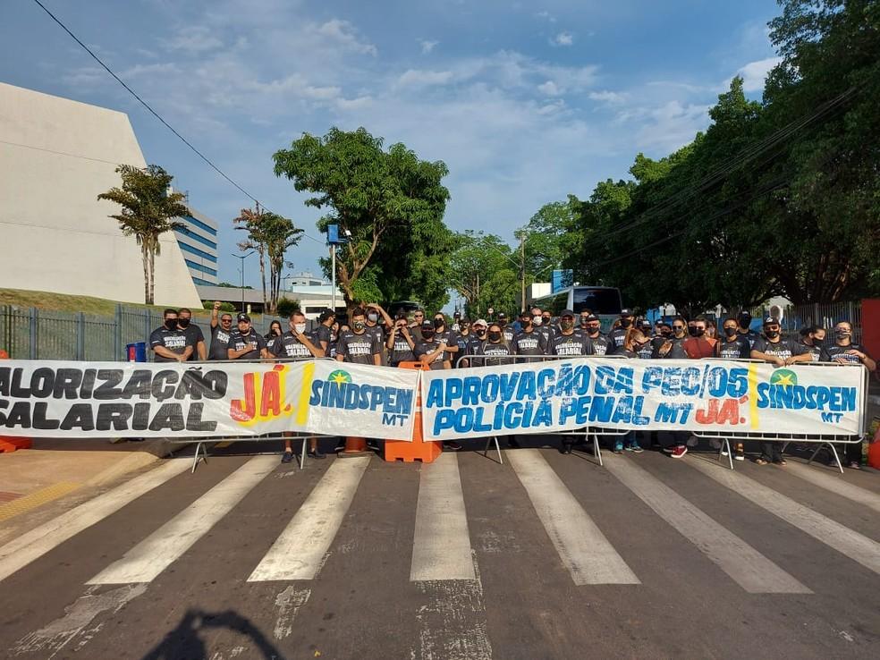 Policiais penais fazem protesto por falta de valorização e regulamentação da categoria em MT