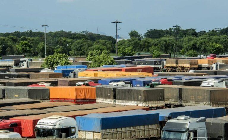 Colheita da soja avança e movimento de caminhões já aumenta no porto de Paranaguá (PR)