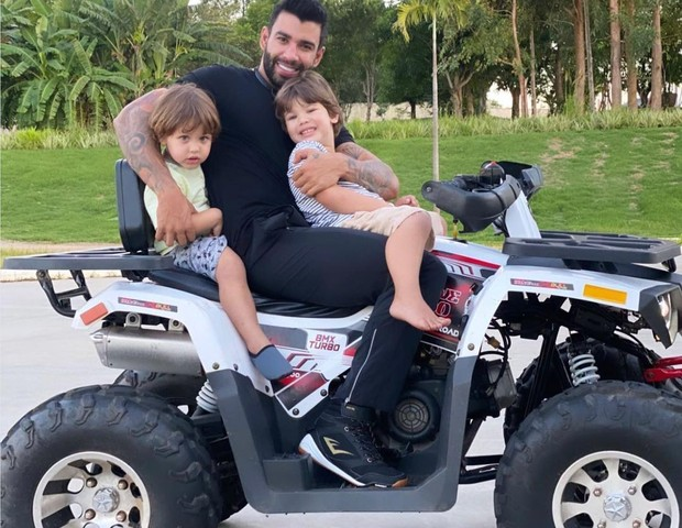 Gusttavo Lima posta foto com os filhos e Andressa Suita 'baba'
