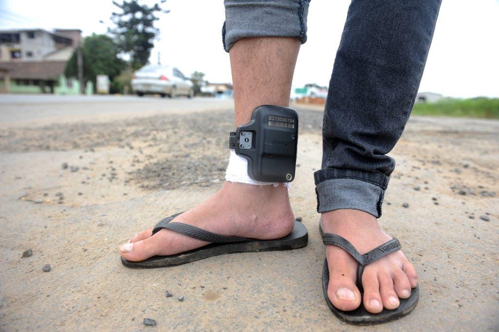 Governo de MT sanciona lei que obriga reeducando a pagar por uso de tornozeleira