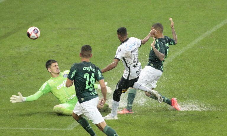 Desfalcados e molhados, Corinthians e Palmeiras não saem do empate