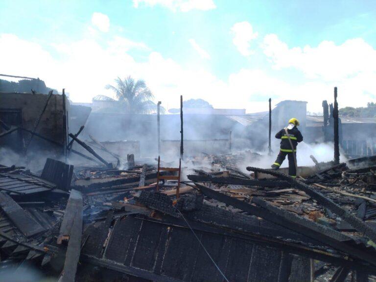 Corpo de Bombeiros em Alta Floresta (MT) atende ocorrência de incêndio numa casa de madeira