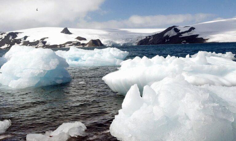 Degelo provoca separação de iceberg na Antártida