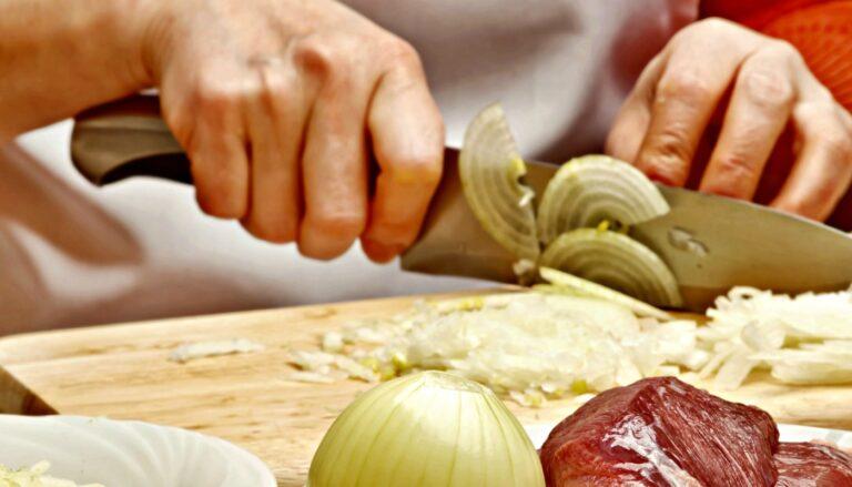 Clique Ciência: Por que a gente chora ao descascar a cebola?