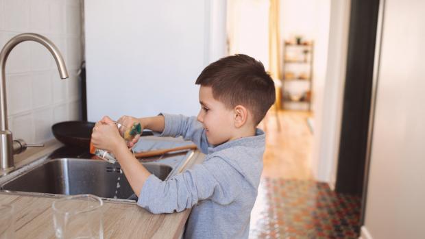 Por que e como incentivar os filhos a ajudarem nas tarefas domésticas