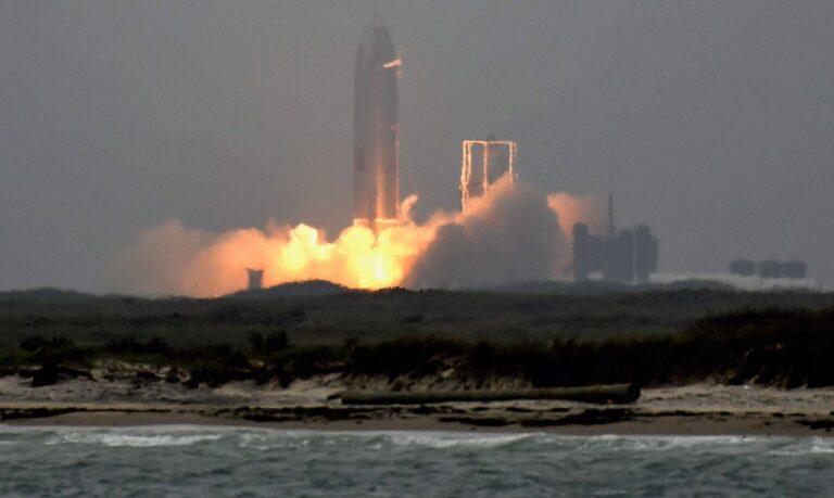 Protótipo da SpaceX realiza voo e aterrissagem com sucesso