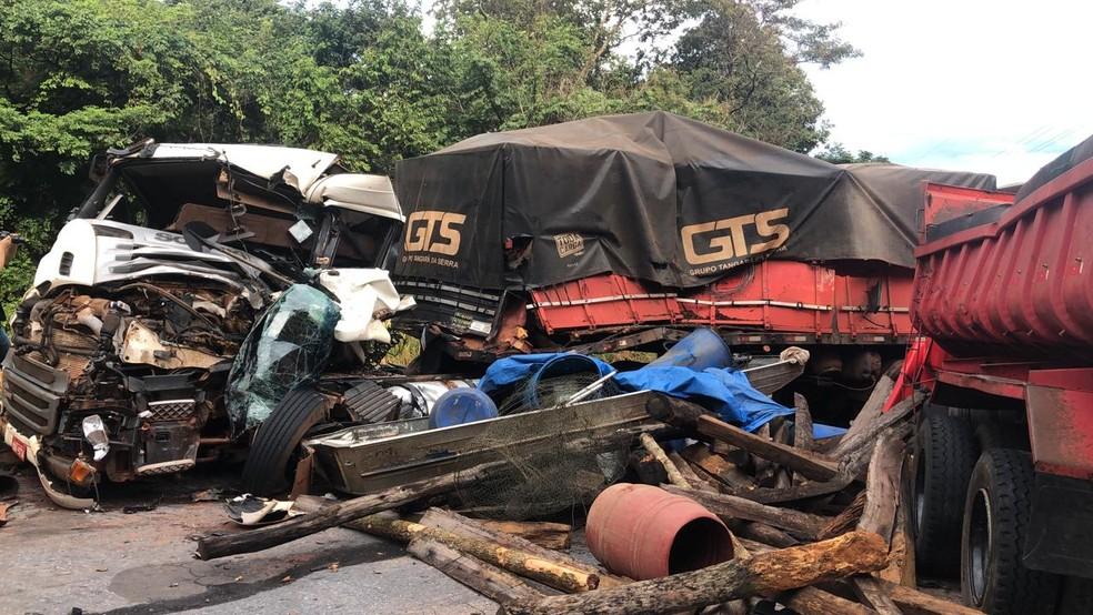 Acidente com carreta, caminhão e carro deixa um morto em rodovia de MT