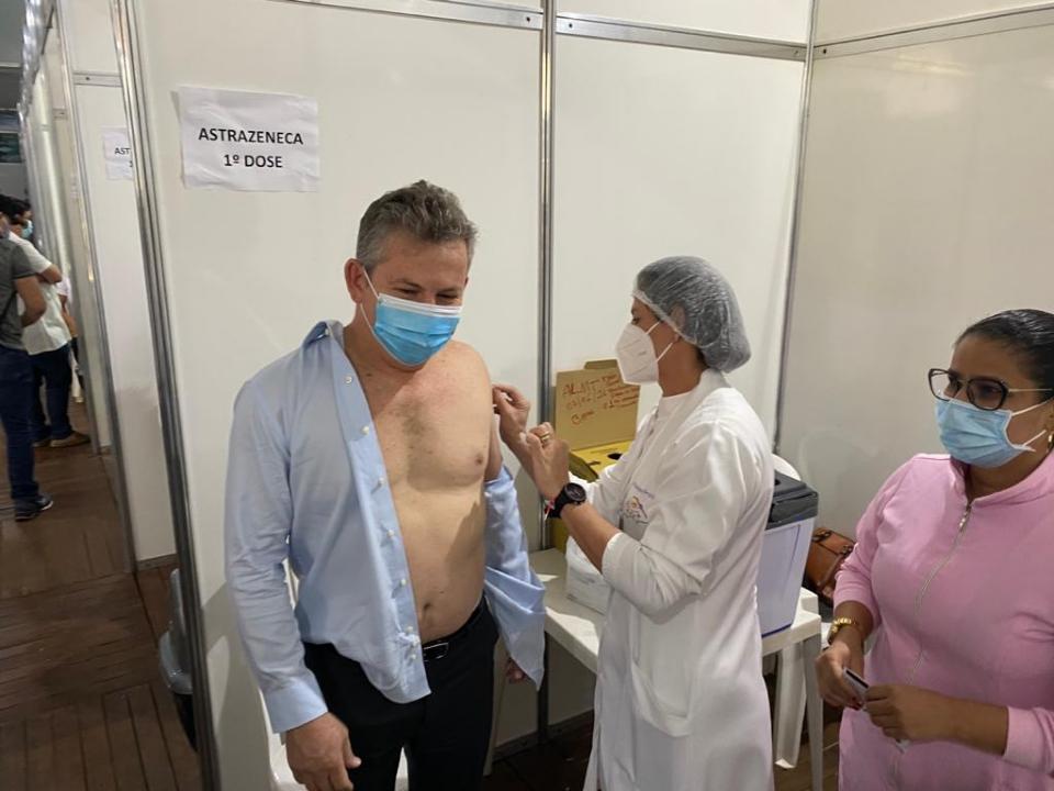 Mauro Mendes é vacinado contra a Covid-19 e faz novo apelo para que população se imunize