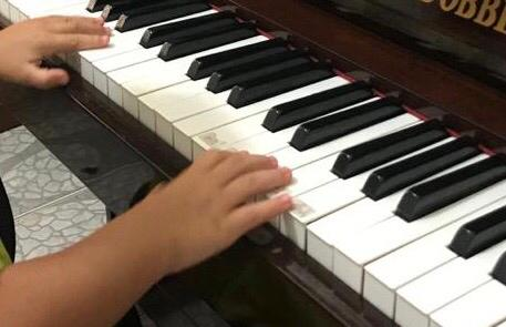 Carmem Di Novic indica programação da TV UBAM, que informa sobre Musicoterapia no Brasil e seus benefícios