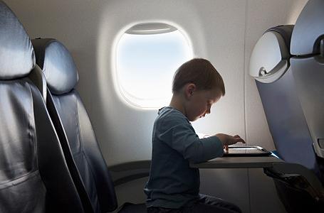 Férias escolares: crianças podem viajar sem os pais, desde que tenham autorização expressa