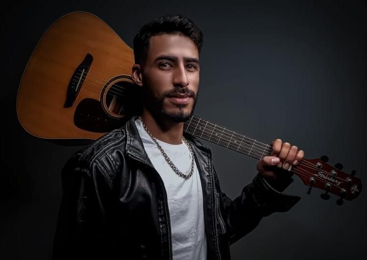"""Jhone Oliveira, cantor, compositor e artesão de Colíder (MT) foi o entrevistado do quadro """"Cidade em Pauta"""" na Aliança FM; confira"""