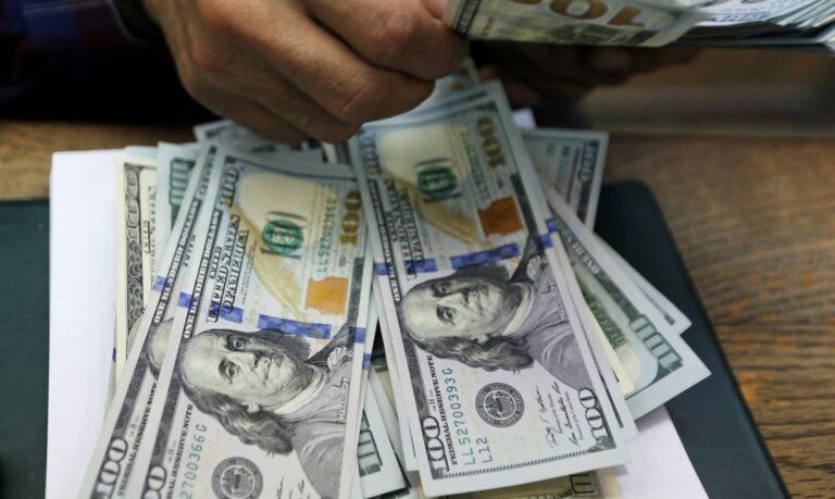 Dólar fecha estável, mas acumula alta de 1,86% na semana