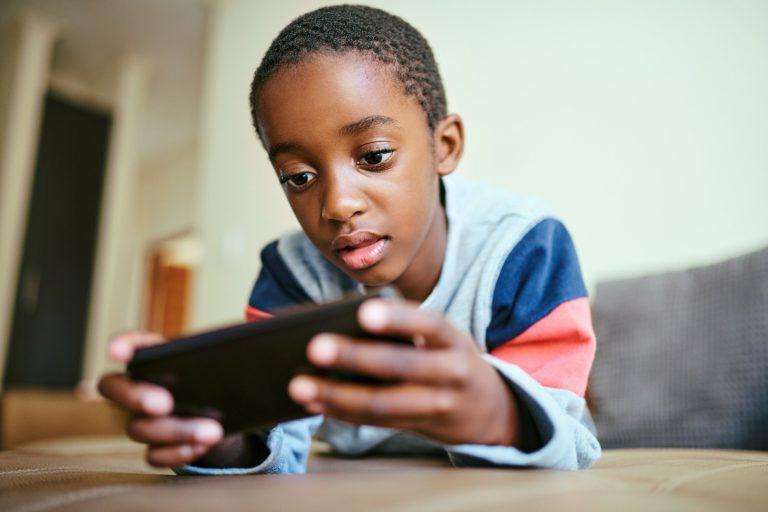 Como reduzir o uso de celular pelas crianças?