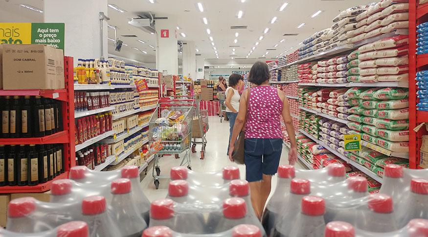 Valor da cesta básica deve seguir 'pressionando' as famílias, prevê economista