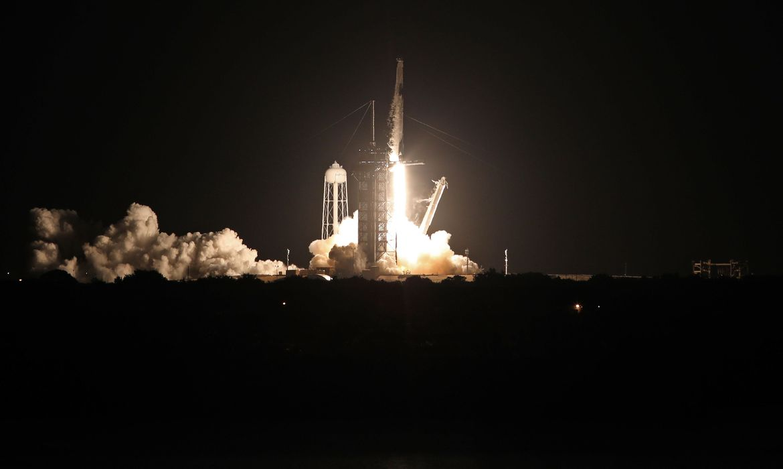 Foguete da SpaceX decola para levar 1ª tripulação civil para a órbita