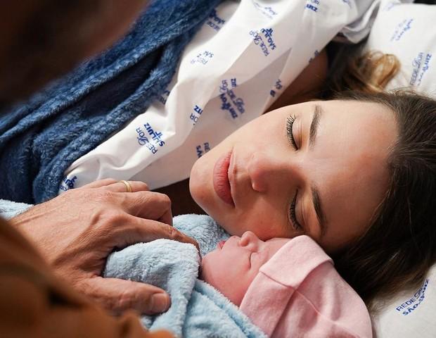 """Thaeme dá à luz e apresenta sua segunda filha, Ivy: """"Nosso mais novo amor"""""""