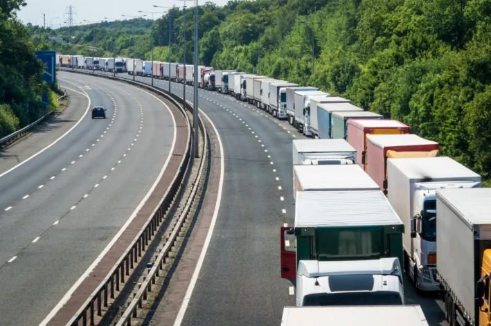 Caminhoneiros entram em 2º dia de greve; no Sudeste, postos ficam sem combustível