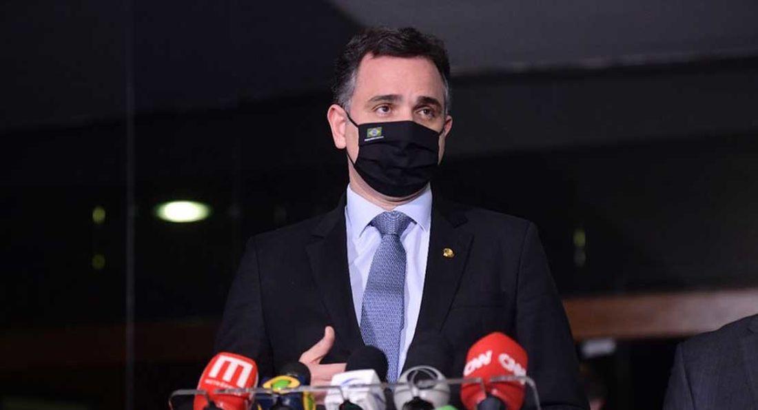 Presidente do Senado prevê queda de veto à distribuição de absorventes